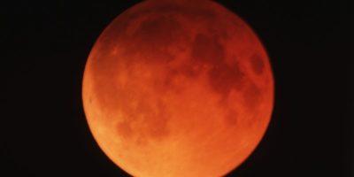 sipegazione della luna rossastra